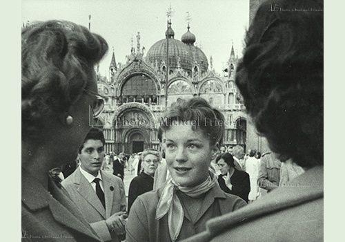 Michael Friedel Photo Library SCHNEIDER ROMY, *23.09.1938, +29.05.1982, DEUTSCH, SCHAUSPIELERIN, HALBFIGUR, VENEDIG, MARKUSPLATZ, DREHARBEITEN SISSI, 1957