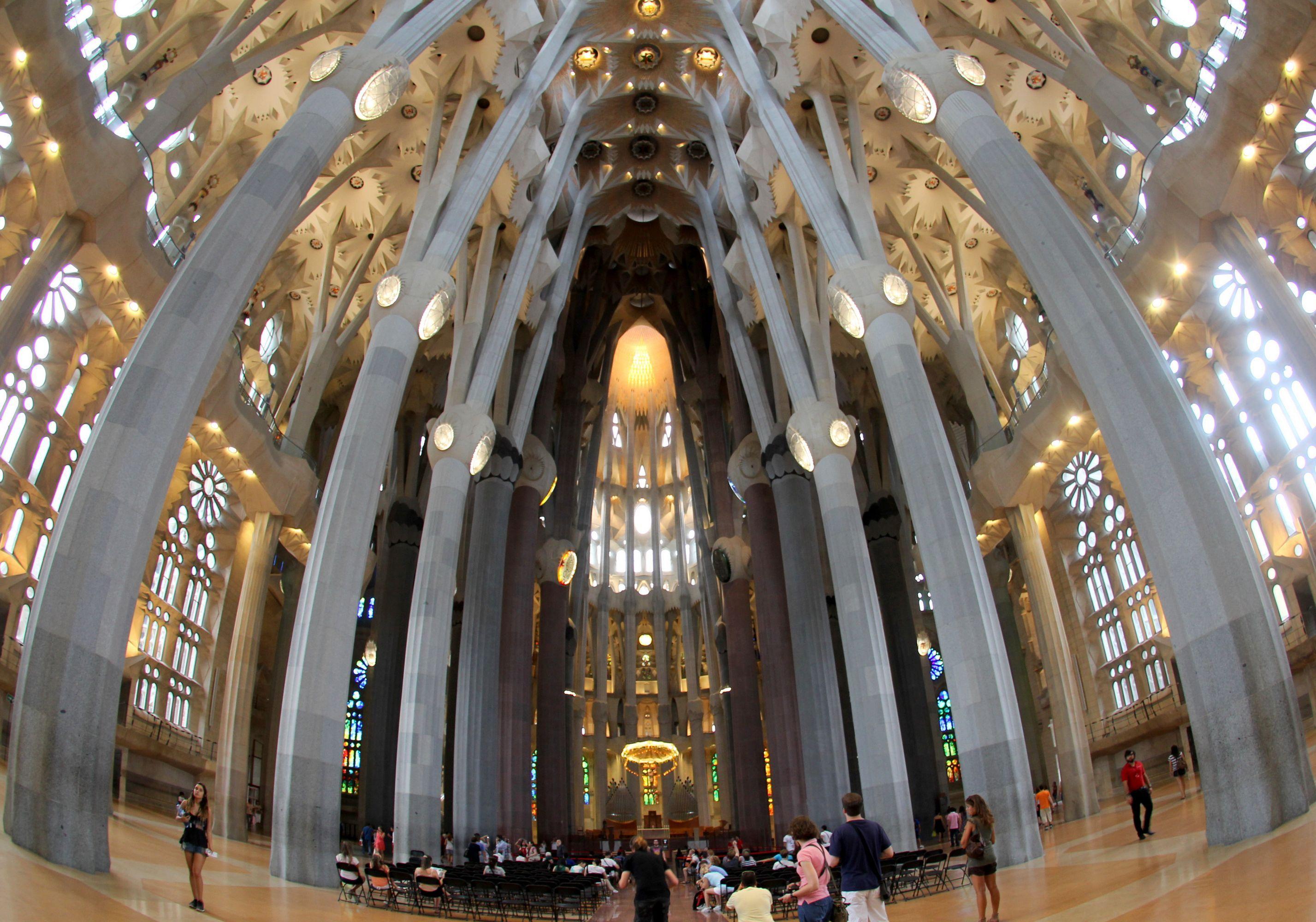 Interior del templo sagrada familia http arteameno for La sagrada familia inside