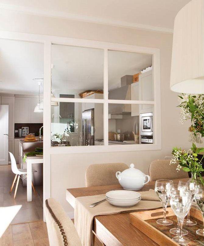 Comedor separado de la cocina por ventana fija acristalada Cocinas