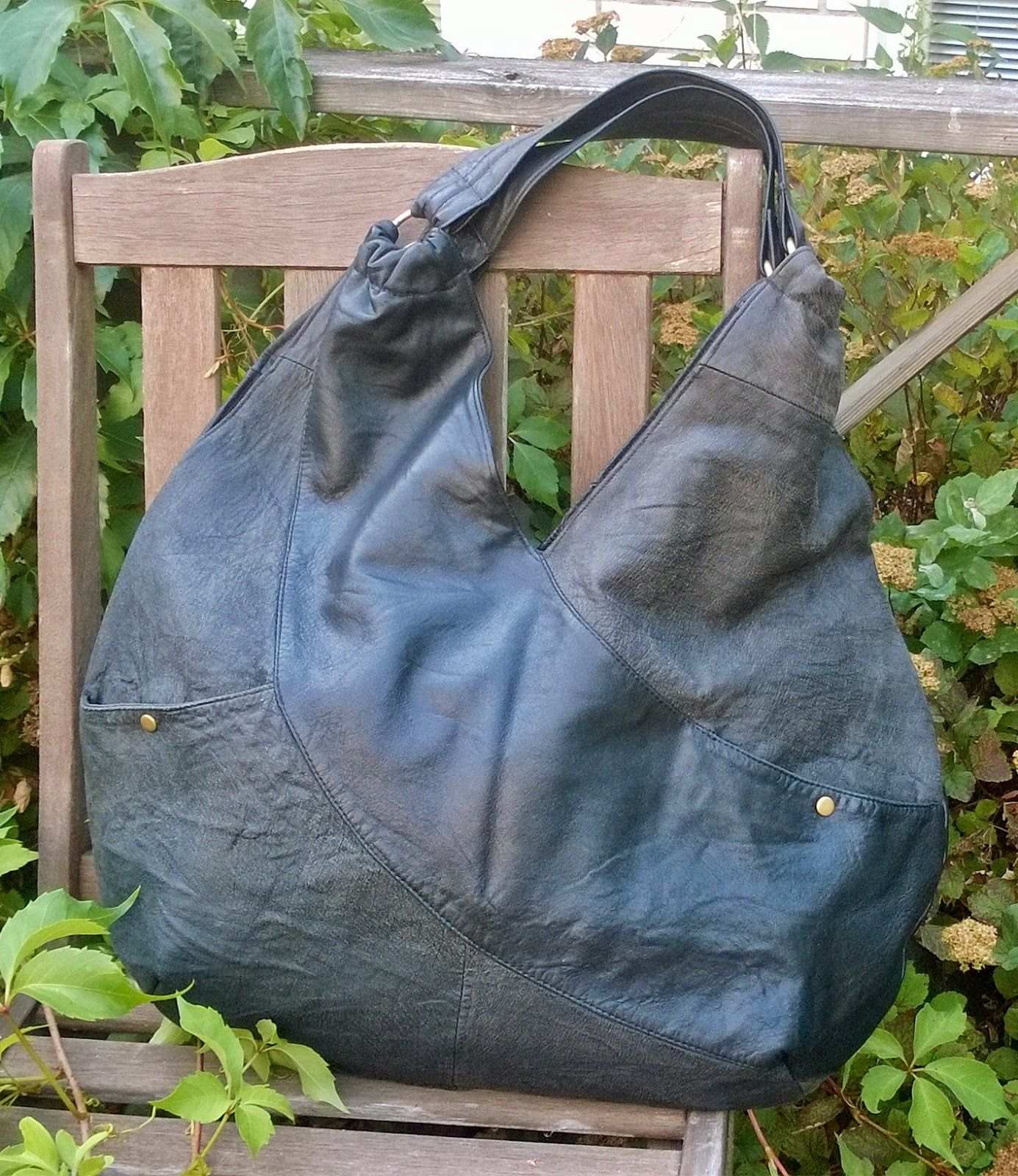 DIY hobo bag from recycled leather - Kulkurin kassi kierrätysnahasta.