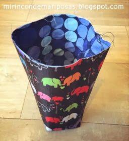 Hoy os dejo el tutorial de una cestita para la bici. Por fuera es de vinilo, y por dentro está forrada.         He cosido 2: una par...