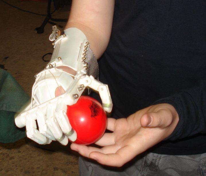 Robohand Mick Ebeling y Richard Van As Un brazo robot open source para las víctimas de guerra. La impresión 3D ha democratizando la fabricación y creación de objetos, lo que está provocando que surjan por todo el mundo proyectos tan increíbles como este.