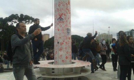 Estudantes protestam em frente ao Palácio Iguaçu | Vida Pública | Gazeta do Povo