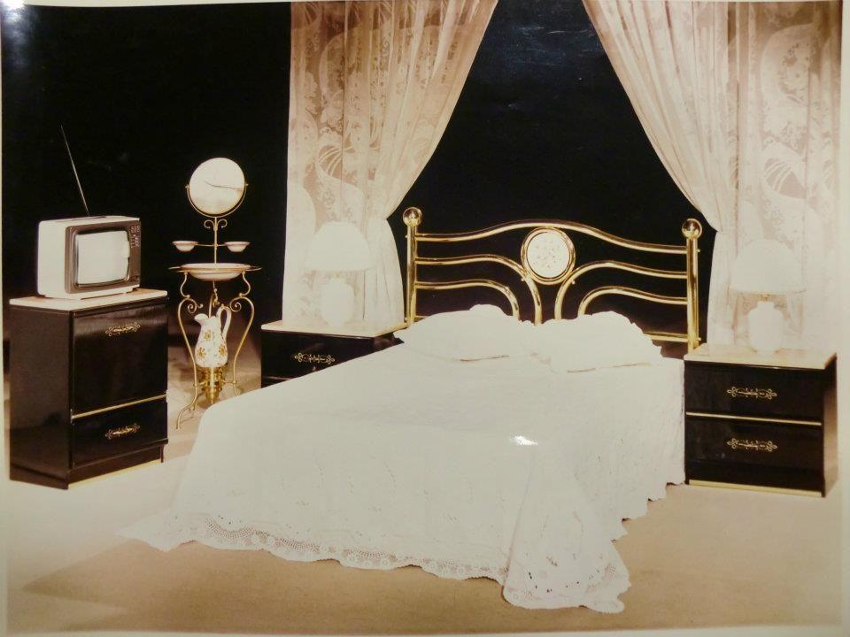 Y llegó la época de la forja y del lacado brillo, en el dormitorio ...