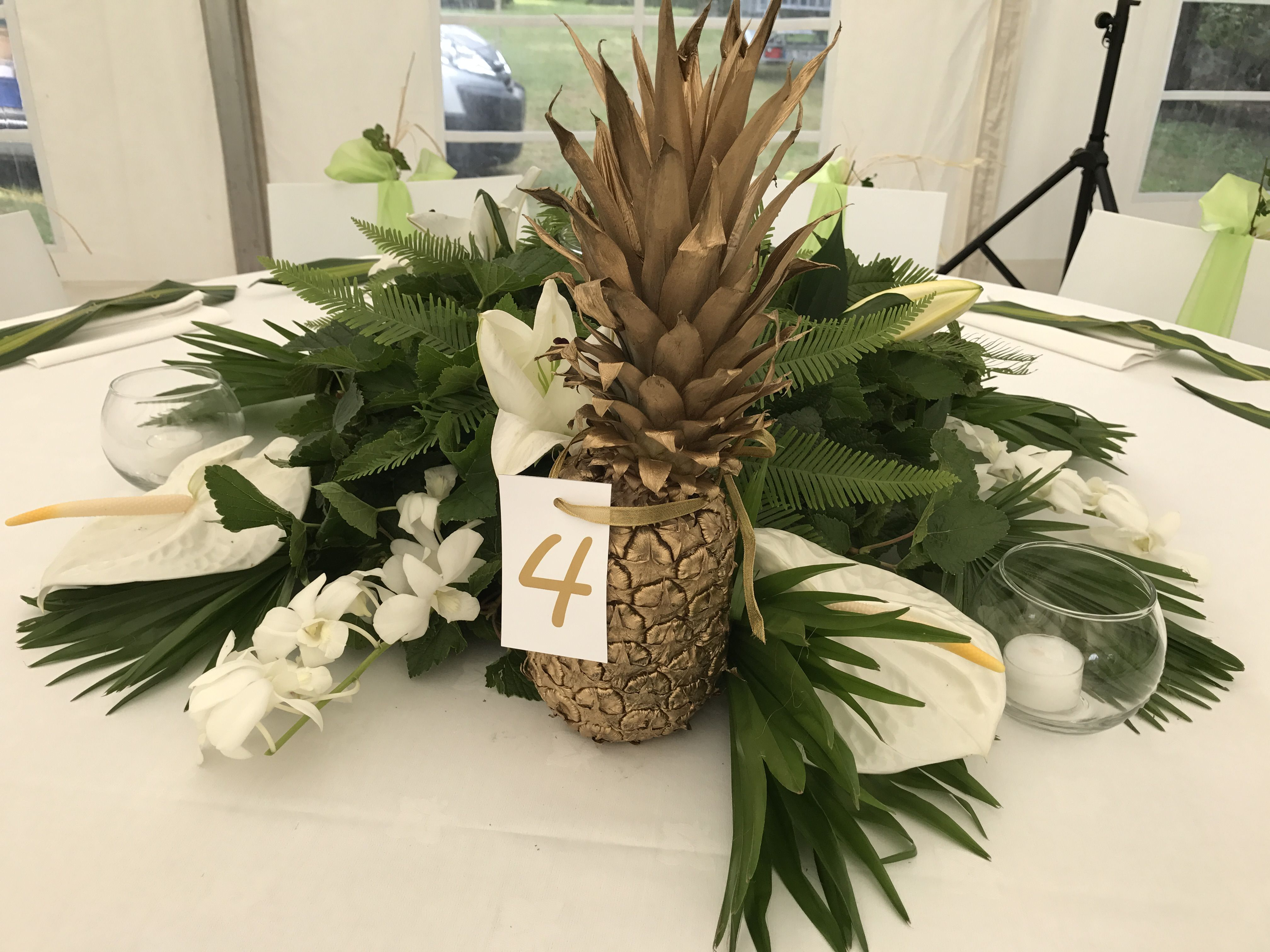 centre de table exotique avec ananas doré porte nom de table