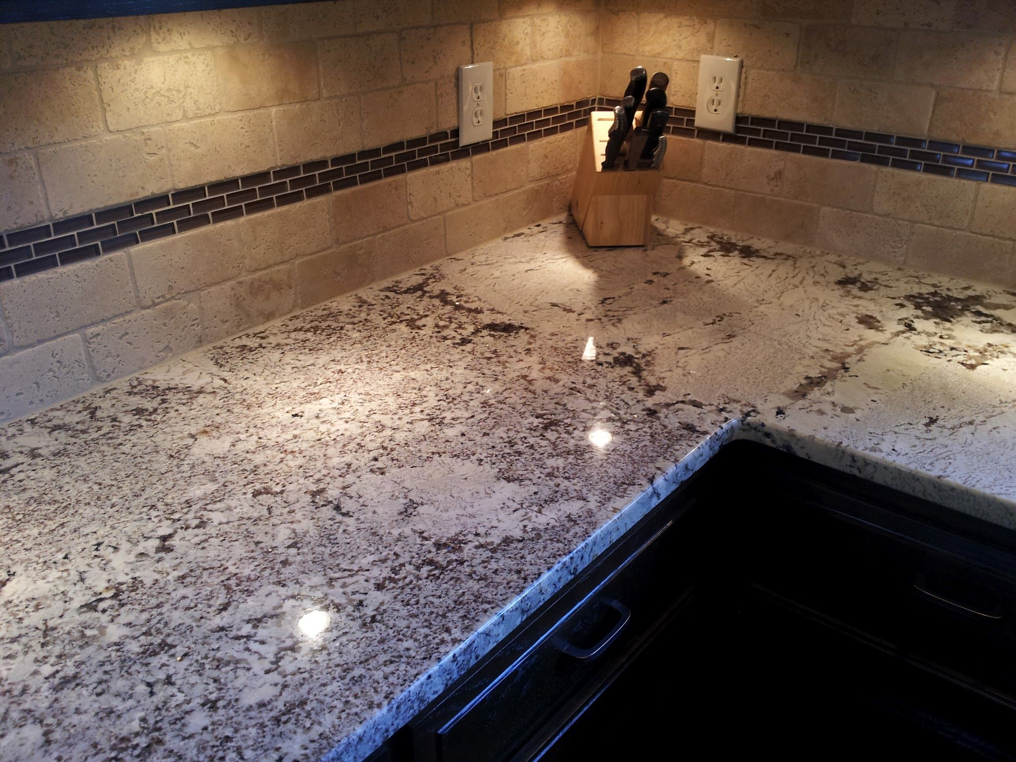 This White Glacier Granite Counter Shows How A Seam Joint Should