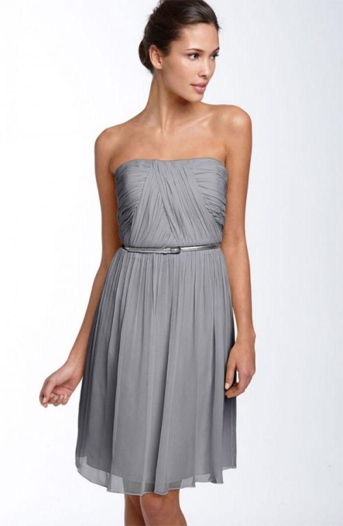 Vestido corto en color gris claro para invitadas a una boda - Foto ...