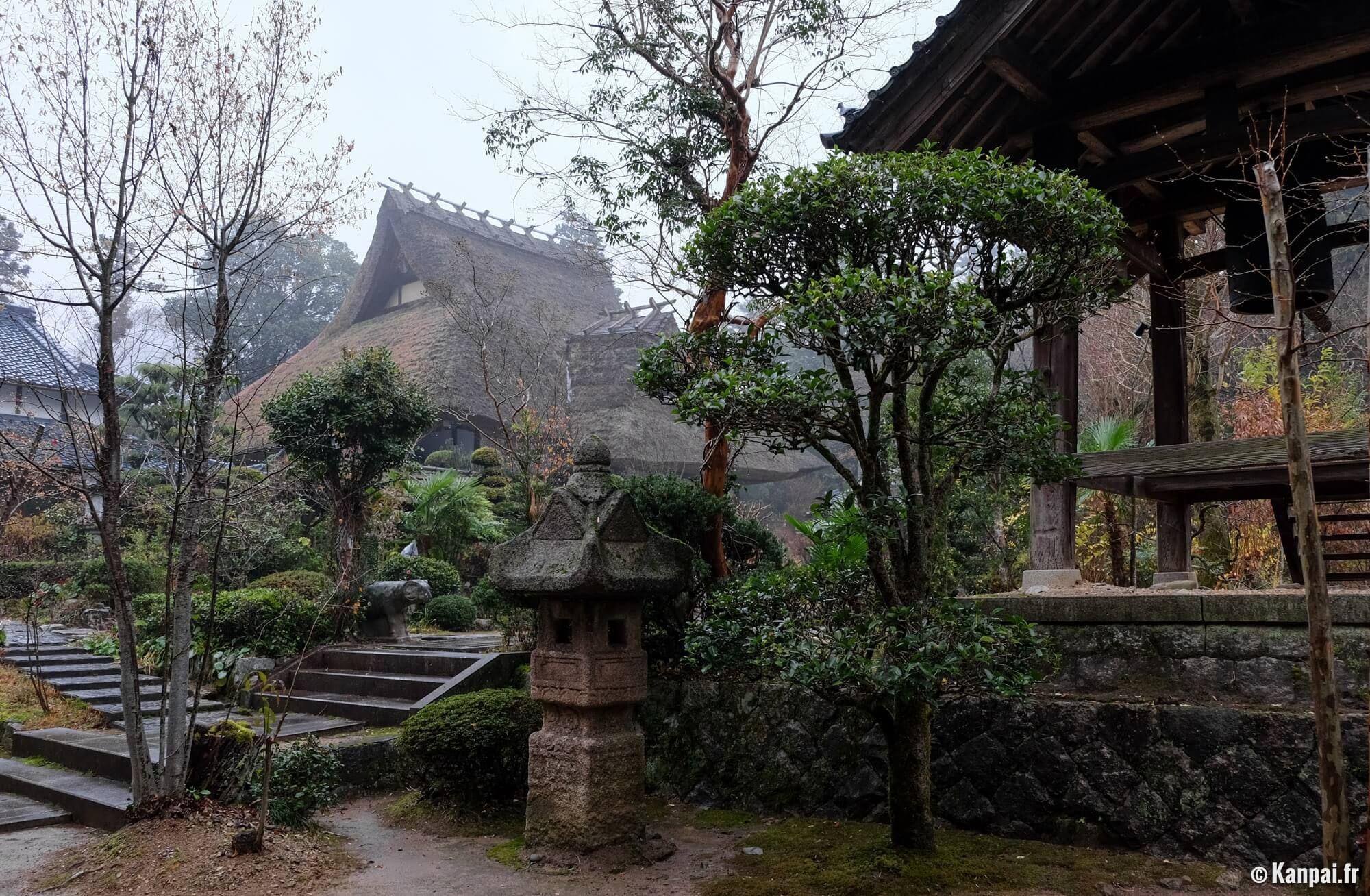 TESSHIN-JI Le temple au toit de chaume de Hyogo Tesshin-ji est un temple bouddhiste du XVIIe siècle, situé dans la ville de Kamikawa, dans la préfecture de Hyogo au Japon. Sa particularité réside dans la confection traditionnelle et rurale de sa toiture en chaume. Il abrite le tombeau du clan Fukumoto, issu de la famille seigneuriale Ikeda.
