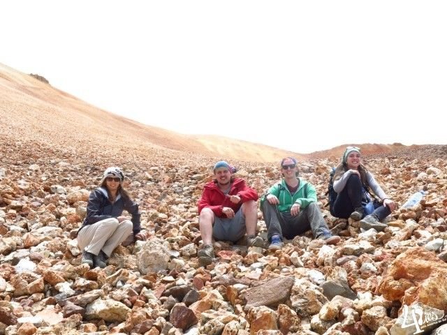 Salar de Uyuni - o gigante Vulcão Tunupa e uma lição de vida. Já aos pés do vulcão, uma parada para descansar.