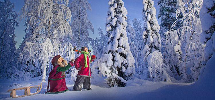 elfos en la nieve en laponia
