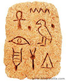 Hieróglifo feito com massa de areia (http://www.firstpalette.com/tool_box/art_recipes/sanddough/sanddough.html) e escavado com uma colher de plástico