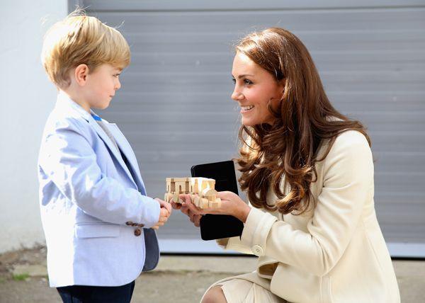 Kate Middleton, encantada con el regalo de 'George Crawley' para su hijo, George, en el set de 'Downton Abbey'