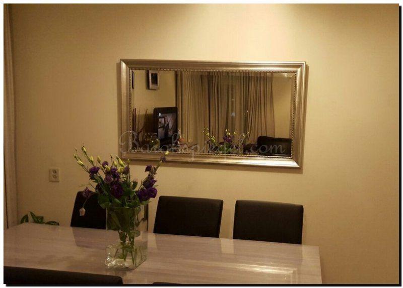Zilveren spiegel boven eettafel in woonkamer | Spiegel ophangen ...
