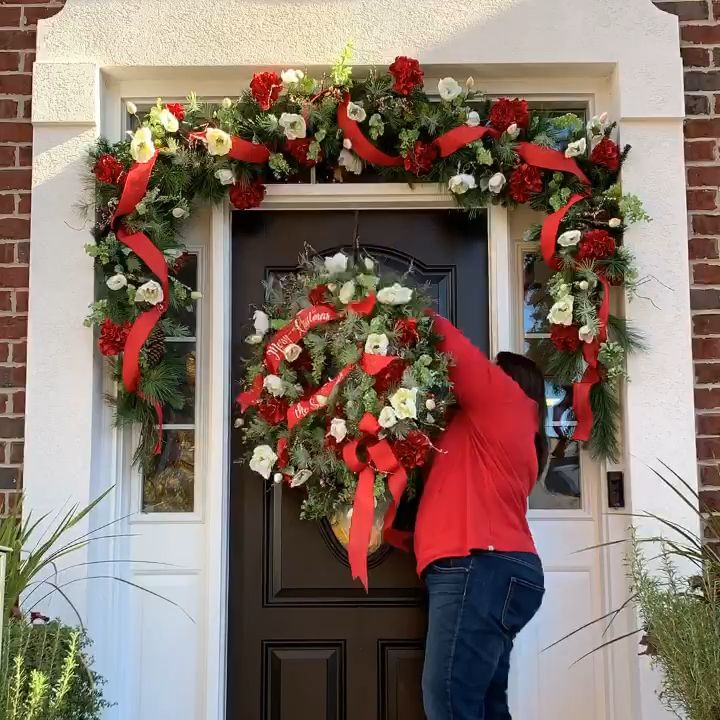 Julie Siomacco, owner of Southern Charm Wreaths, shows off her garland making skills. Learn more at www.southerncharmwreaths.com #garland #christmasgarland #christmasdoor #christmasporch #wreathmaking #howtomakewreaths