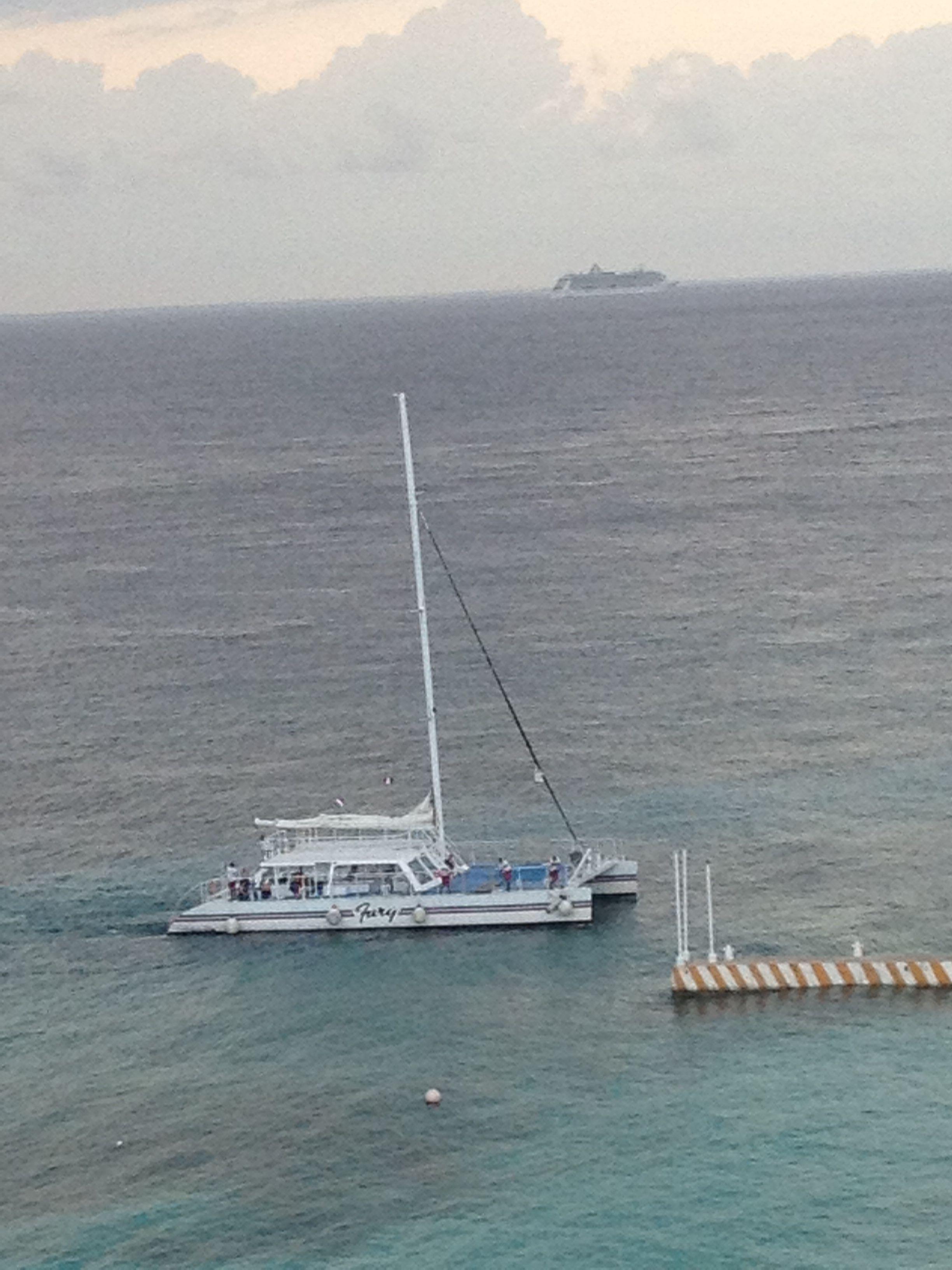 Catamaran y Trasatlántico en la Isla de Cozumel