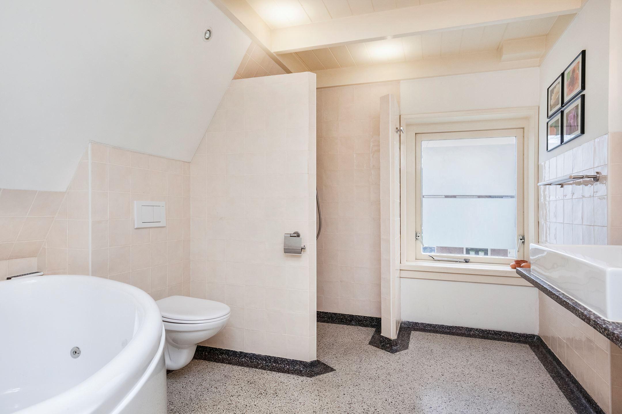 Jaren30woningen.nl | Badkamer in #jaren30 stijl met #terrazzo vloer ...