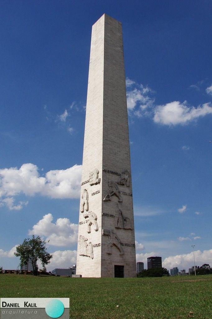 Hoje dia de ARQUITETURA NACIONAL! O Obelisco Mausoléu aos Heróis de 32 (ou Obelisco do Ibirapuera) é um dos marcos da Revolução de 32, que resultou no dia 9 de julho. O mausoléu do Obelisco guarda os corpos dos estudantes Martins, Miragaia, Dráusio e Camargo – o M.M.D.C, mortos durante a Revolução, e de outros 713 ex-combatentes. Projeto do escultor Galileo Ugo Emendabili.