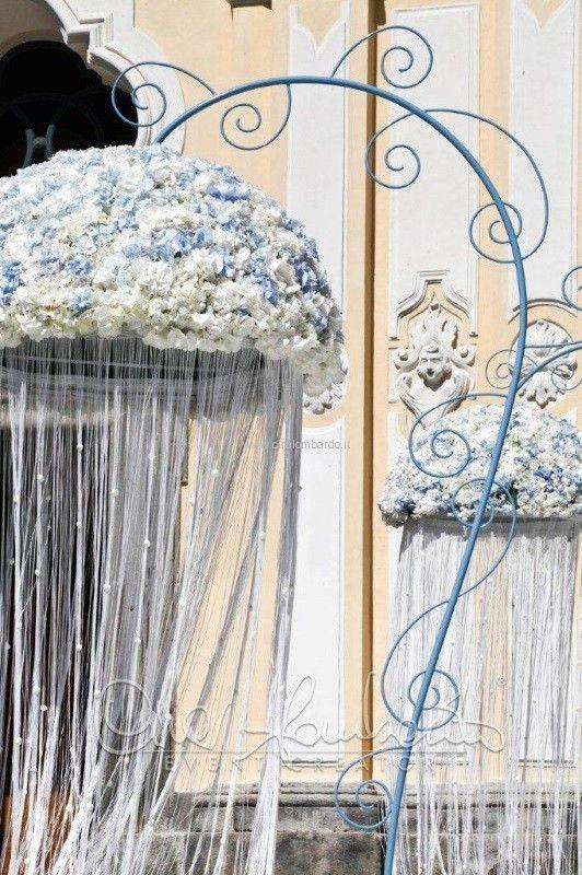 Addobbi Matrimonio Azzurro : Imponenti meduse floreali per gli addobbi fuori la chiesa di un