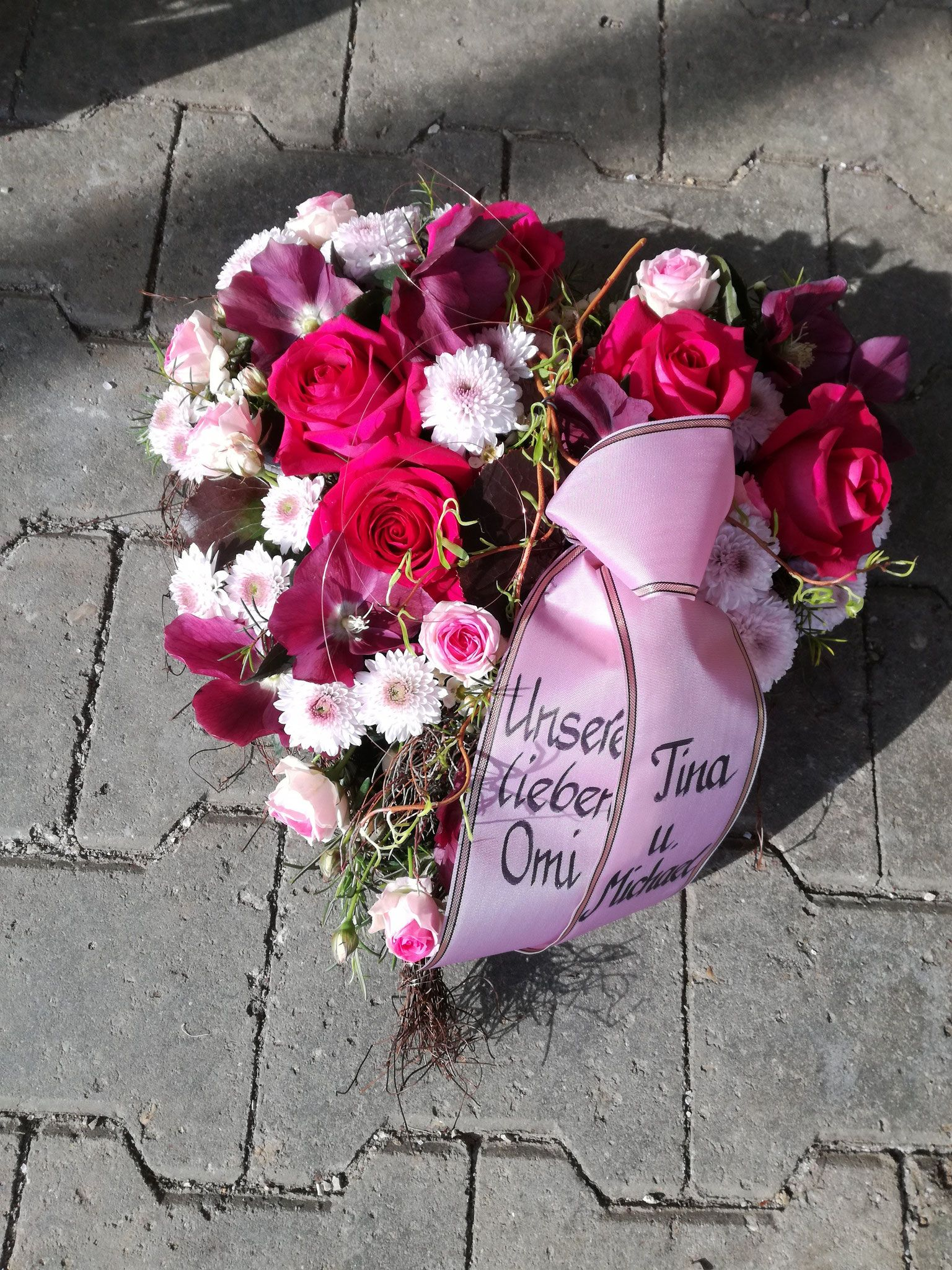 herz gesteckt mit rosen und chrysanthemen in beerentönen