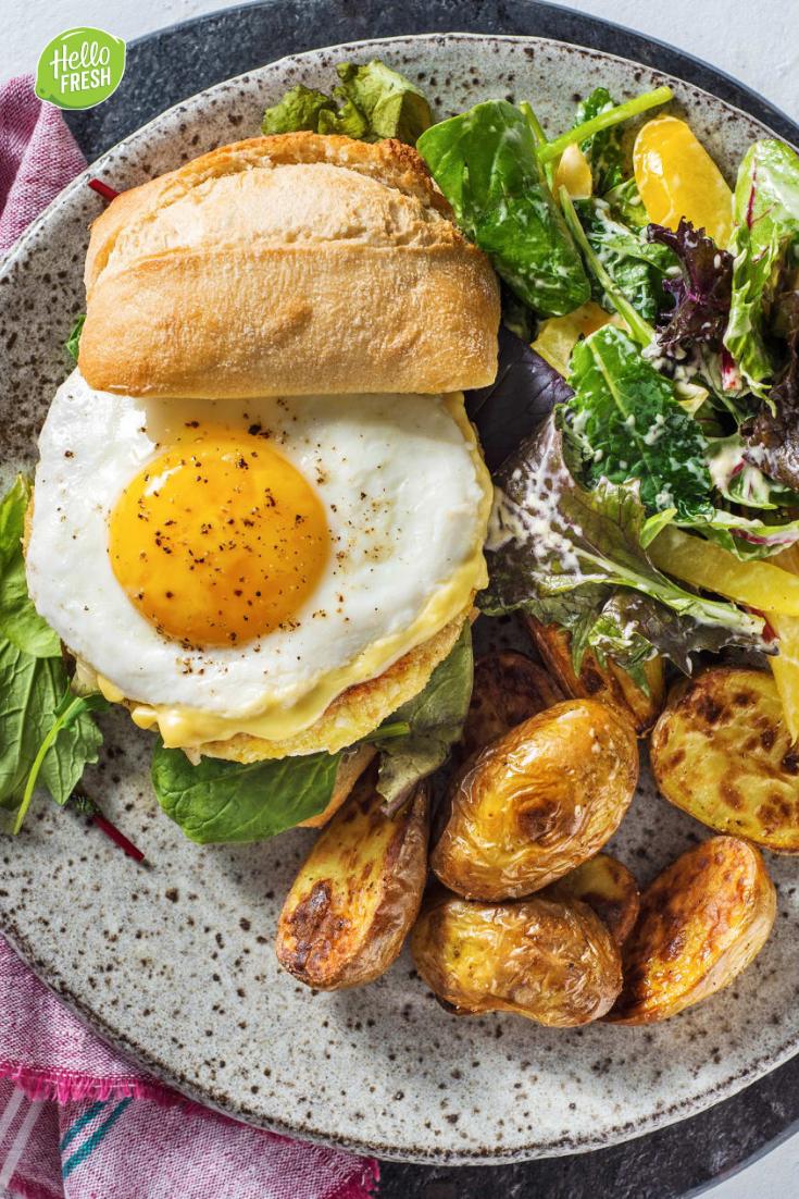 Boekoeloekoeburger met gebakken ei met aardappelen, frisse salade en honing-mosterdmayonaise