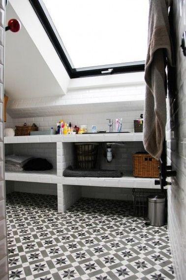une salle de bain sous pente avec du carrelage mtro