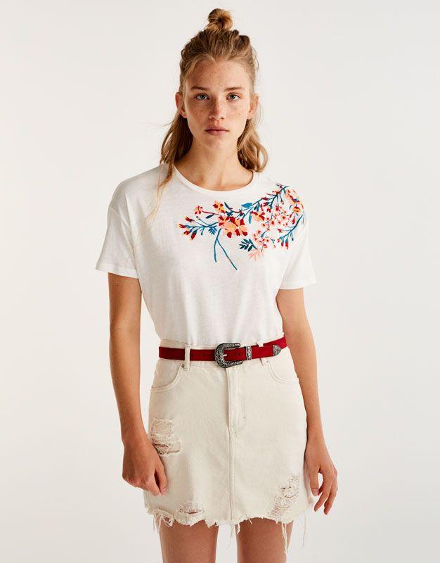 34db7514b98ad T-shirt encolure brodée fleurs - T-shirts - Vêtements - Femme - PULL BEAR  France