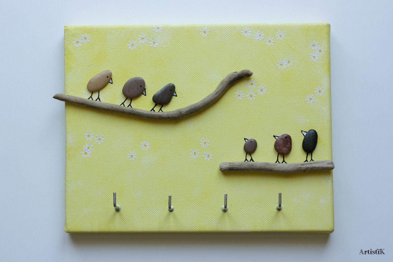 Tableau à porte clés galets oiseaux bois flotté fond jaune dessin ...