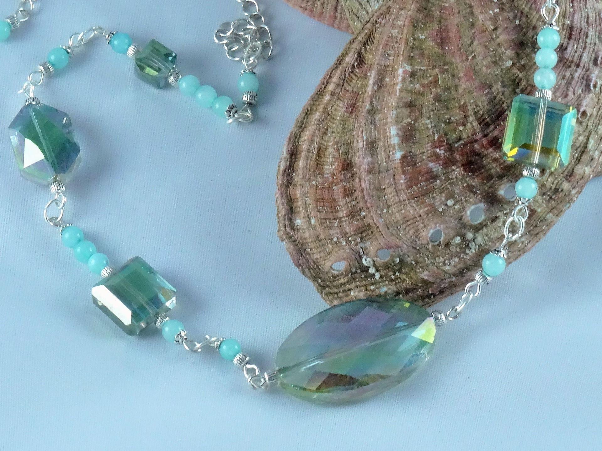 Collier cristal et jade bleu: mélange de formes et de matières pour ce collier bleu-vert