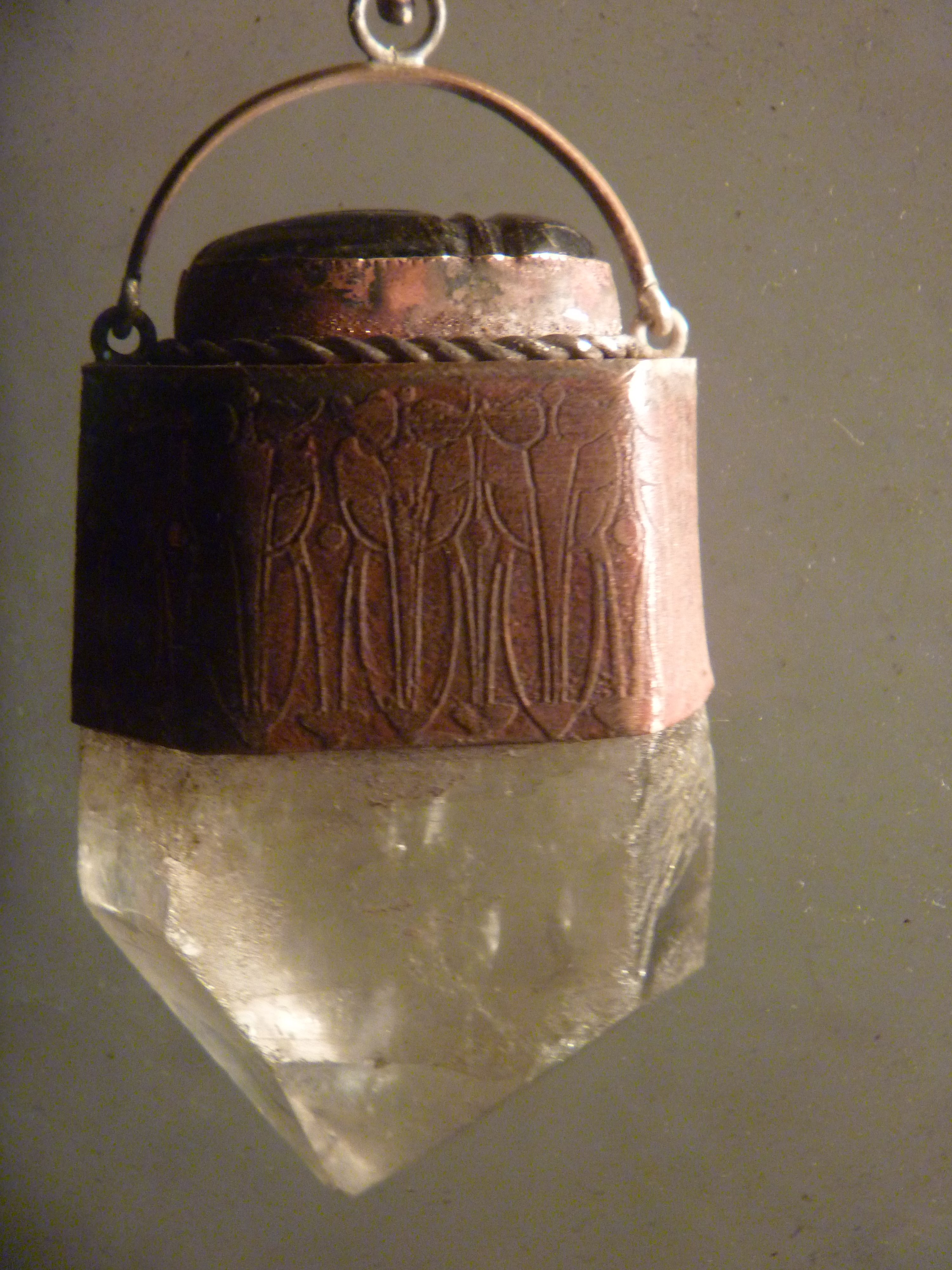 cuarzo blanco engarsado en cobre grabado. con escarabajo de jade.