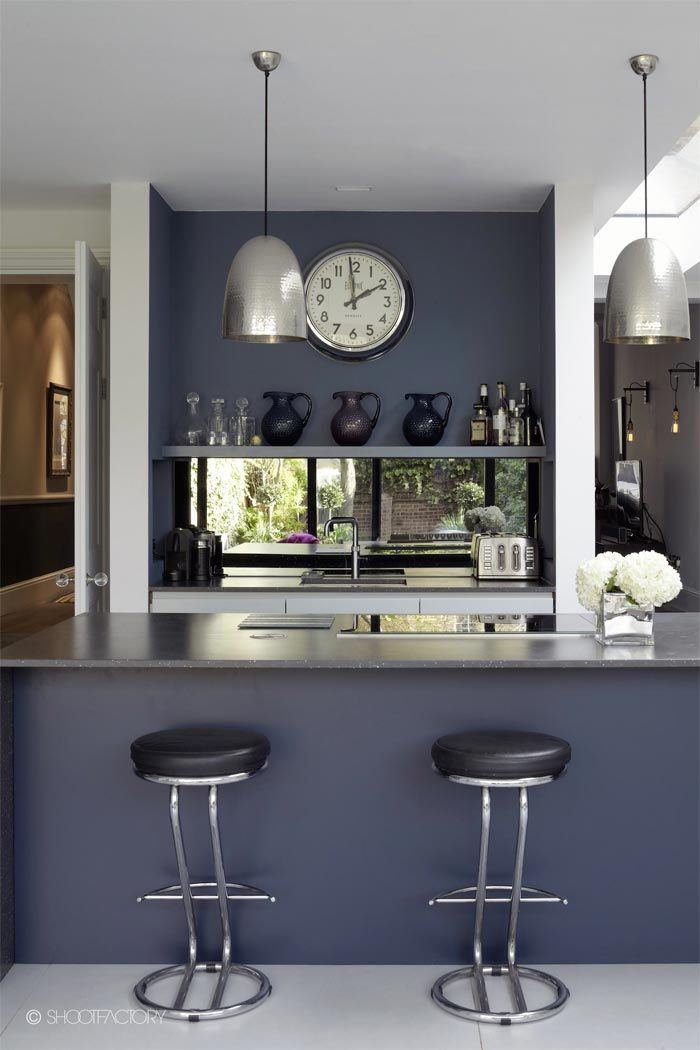 Una casa en londres decorada en azul blanco y gris a for Decoracion para cocinas pequenas