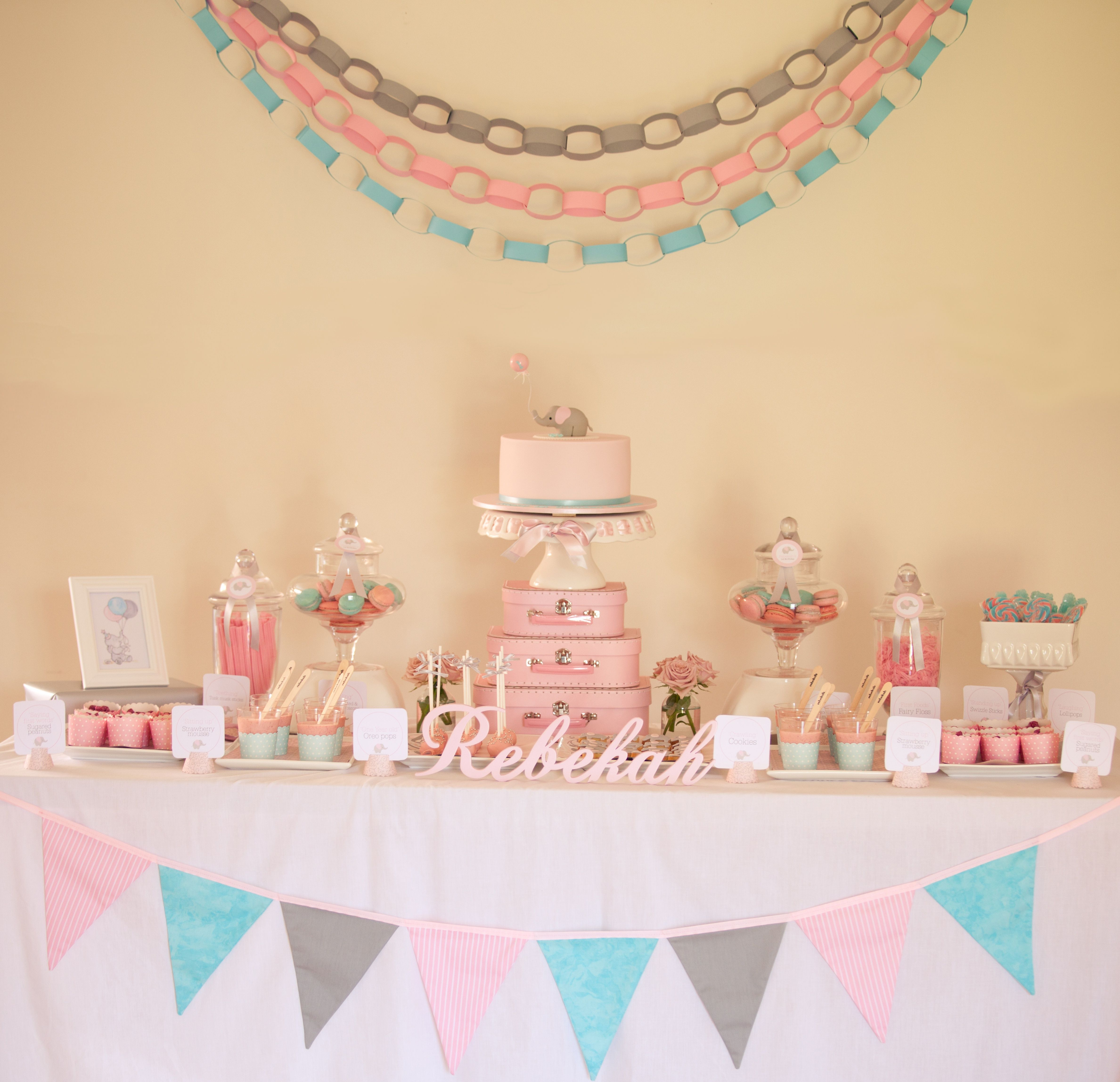 Love the paper chains and bunting boy theme colors of course