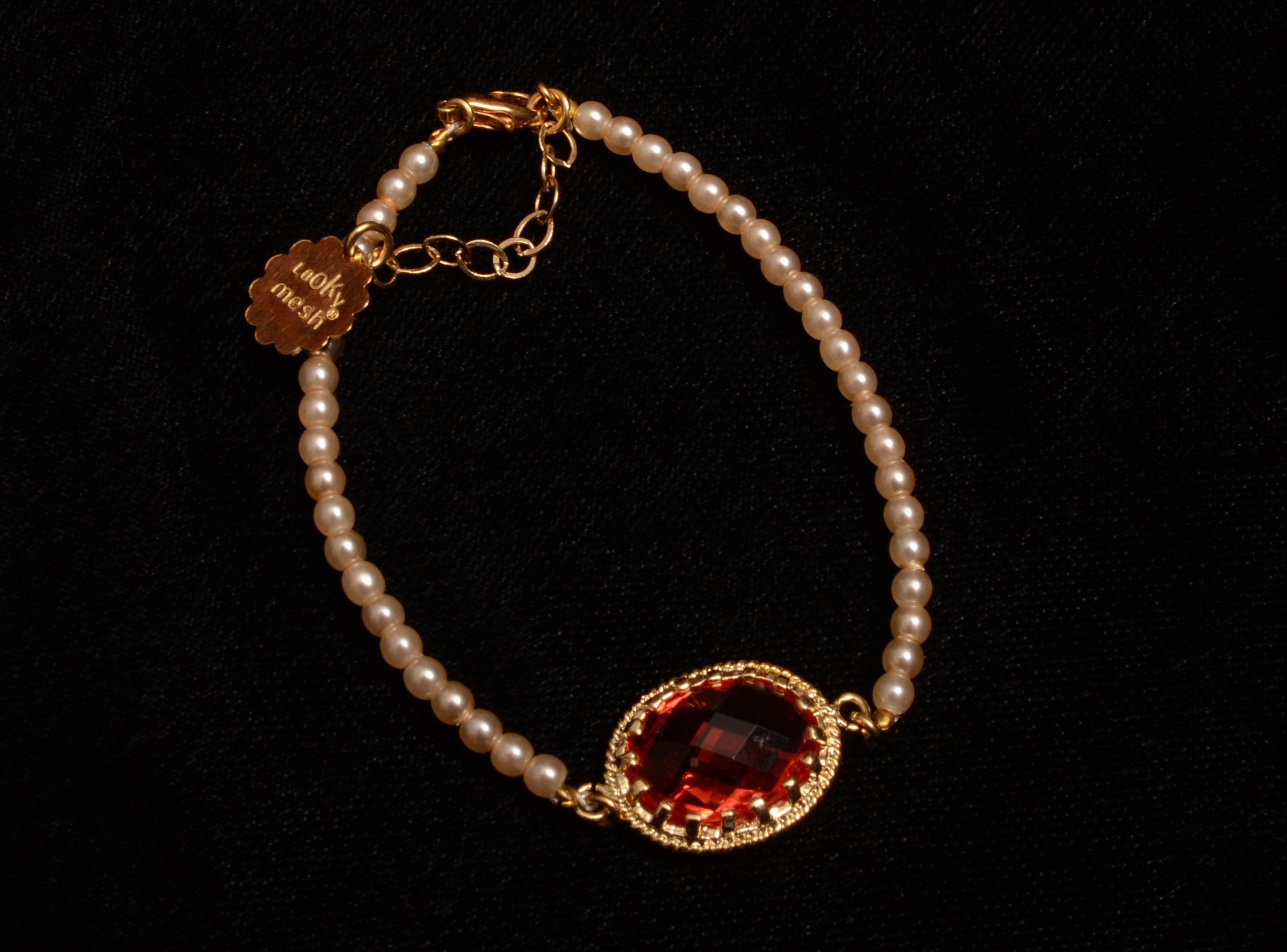 BM PEARLS&BALLS: Pulsera de perlas cultivadas tejida con bolitas en chapa de oro a los lados y comodo broche con extension ajustable