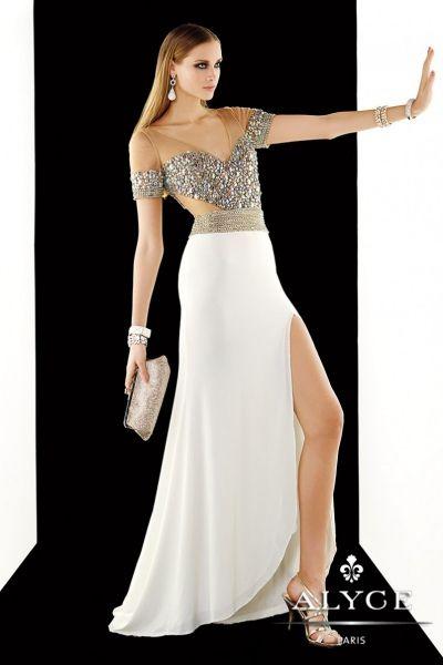 Traje de fiesta con cuerpo de pedrería y falda con sensual abertura