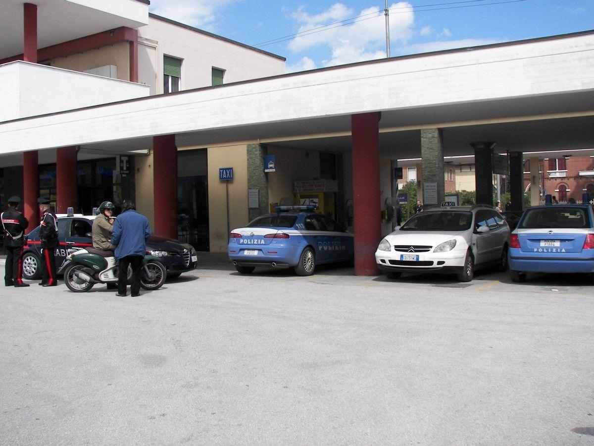 Controlli  davanti alla stazione ferroviaria di Senigallia . Provincia di Ancona, Marche .         3548_stazione1.jpg (1200×900)