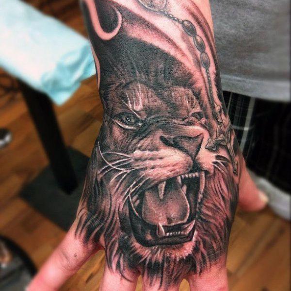 Tatuaże Na Dłoni Lew Lion Hand Tattoo Lion Tattoo Lion Tattoo Design