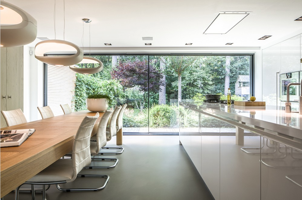 Moderne serre met minimal windows serre met lichtstraat keuken