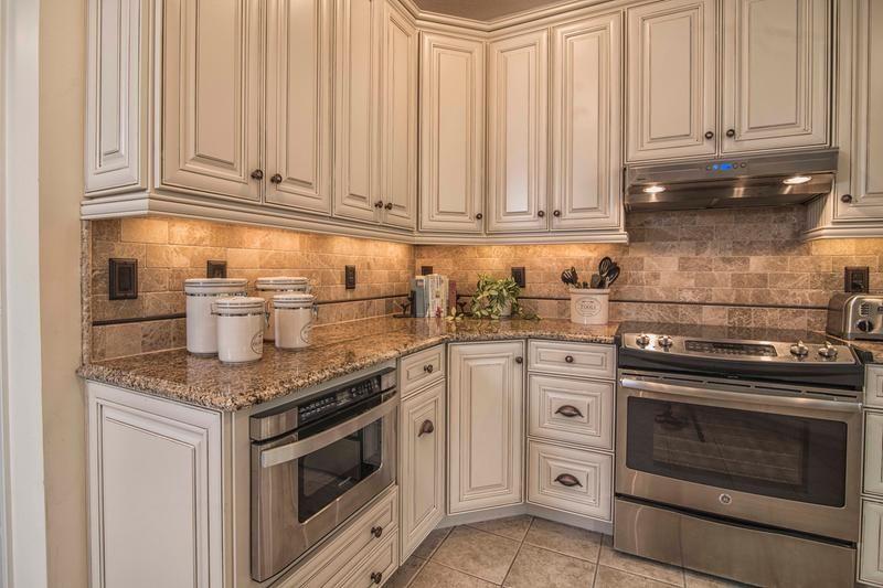 Woodmark Savannah Hazlenut glaze | Glazed kitchen cabinets ...
