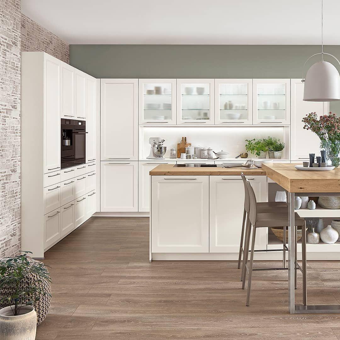 In unserem Programm Cascada erwarten Sie schlichte aber elegante Elemente, die i - In unserem Programm Cascada erwarten Sie schlichte aber elegante Elemente, die in Ihrer Küche eine luftig-leichte Landhaus-Atmosphäre entwickeln. Punktuelle Holzakzente und mattweiße Fronten schaffen in der hier gezeigten Planung eine wohnliche Geborgenheit, die zum Entspannen einlädt – für ein echtes und gemütliches Zuhause.  #nobiliaküchen #nobilia #kochinsel #pultplatte #kücheninspiration #schönerwohnen #einri