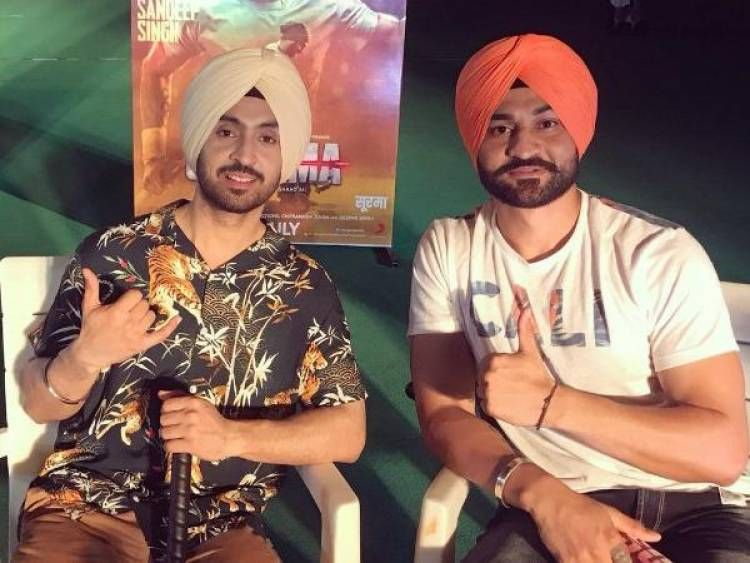 Sandeep Singh S Father Gifted His Son S Hockey Stick To Soorma Actor Diljit Dosanjh Diljit Dosanjh Gifts For Father Hockey