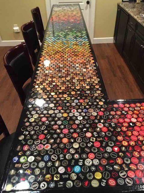 Il d core le bar de sa cuisine avec des centaines de capsules de bi re le r sultat est sublime - Capsule de biere deco ...