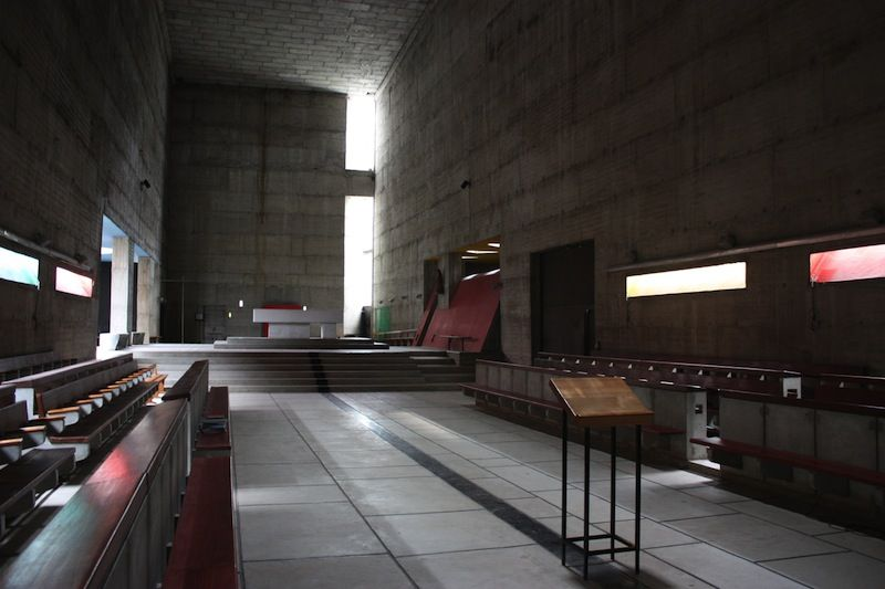 inside corbusierus la tourette institute concrete breton brut reflected light