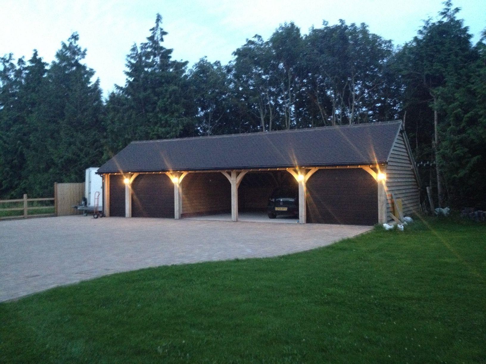 Story diese Garage an einem Hang, das Spitzdach auf der
