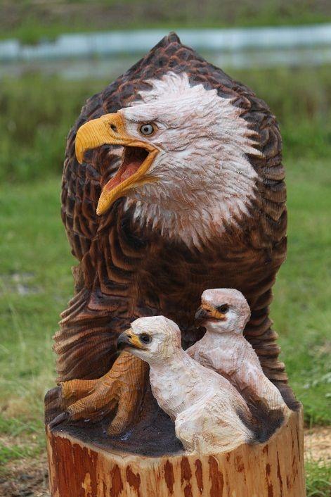 Águia arte em madeira mãe e bebês chainsaw carving