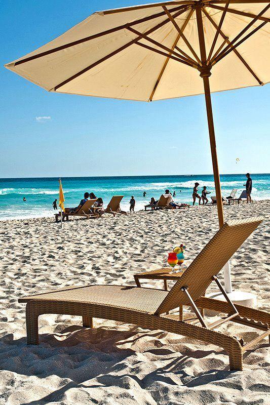 Disfruta siempre de las vacaciones con una bebida refrescante y tu protector solar.