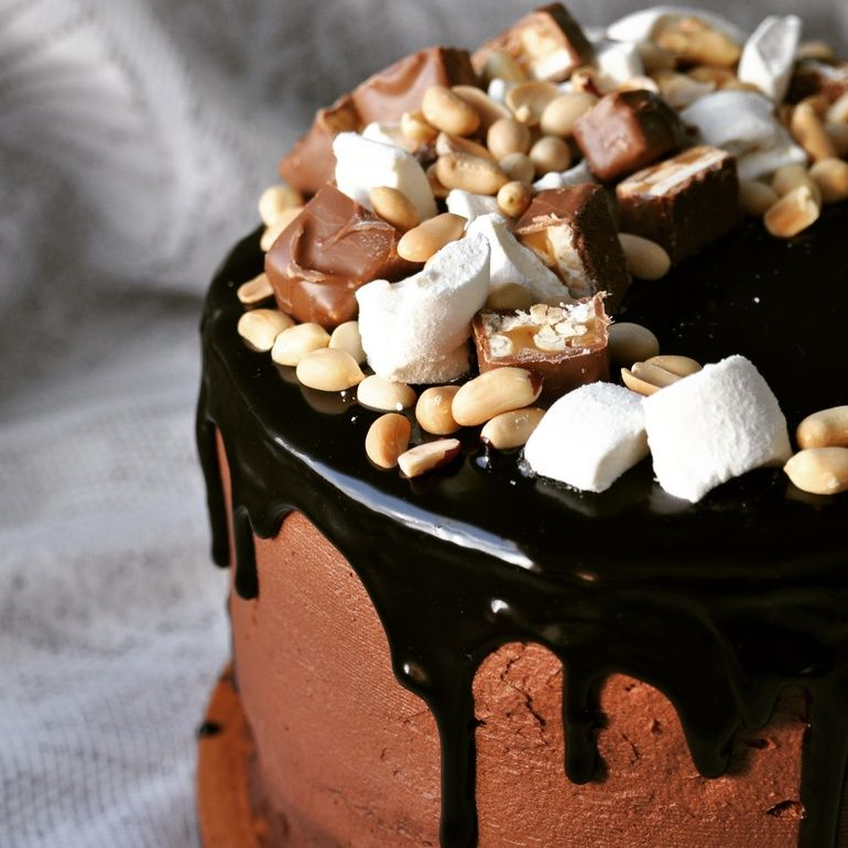 А поскольку мальчик очень любит шоколад, то вопрос, чем украсить торт, решился сам собой.