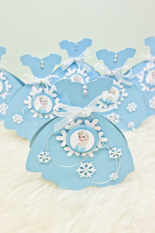 Viele kleine Eisköniginnen in Form einer Einladung zum