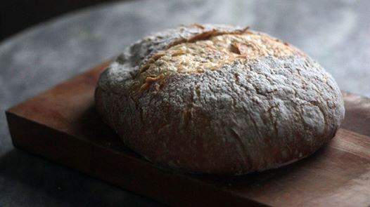 Pão de casca dura e superfácil. Não precisa fazer esponja do fermento antes e não precisa sovar. O canal Banquete ensina como fazer o Pão das 10 Dobras.