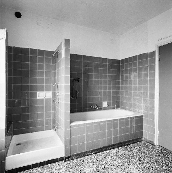 File:Interieur, penthouse, badkamer, bad en douche - Heerlen ...