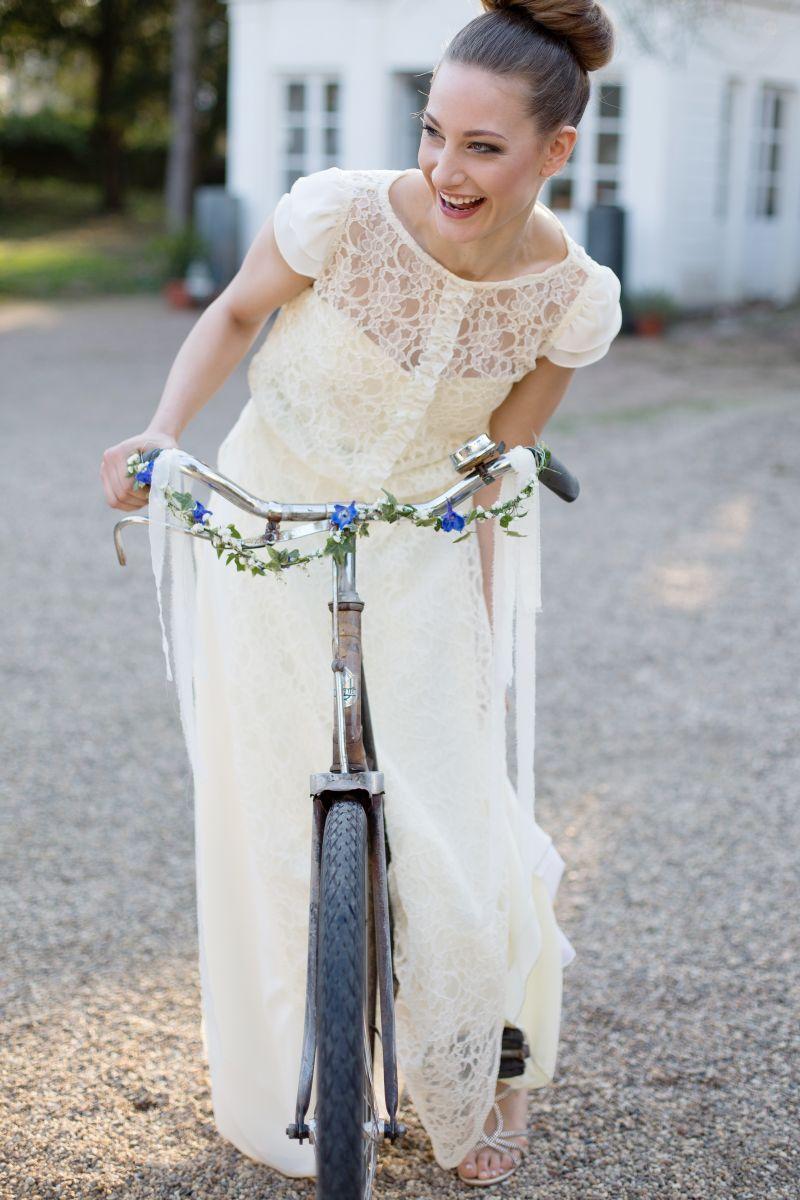 Braut Vintage, Fahrrad, Brautfrisur modern, Brautstyling natürlich ...