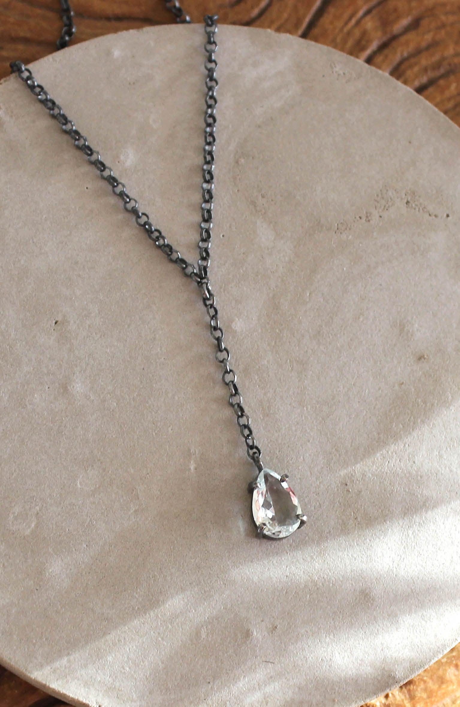 Colar feito à mão em prata oxidada e cristal. Novo modelo no site  www a9b99148de